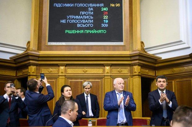 Они выбрали Путина: кто из украинских депутатов проголосовал против военного положения