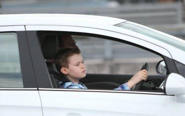 Зніс батька і два дерева: дитина на Volkswagen прославилася на всю Україну