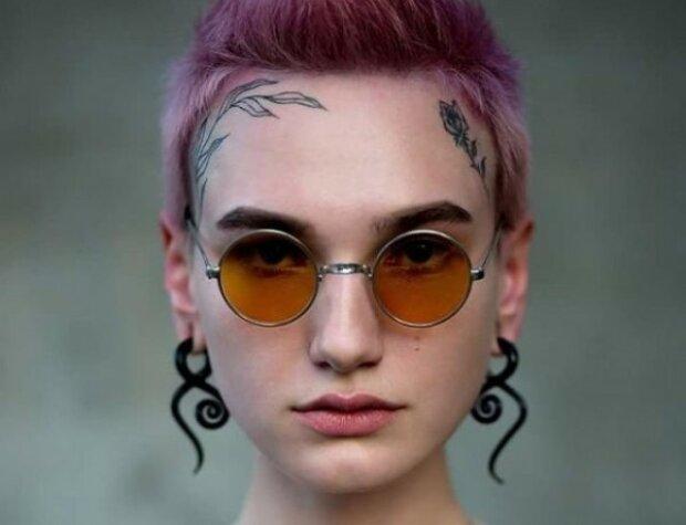 """Самая татуированная """"топ-модель по-украински"""" вышла на французский подиум в показах Armani"""