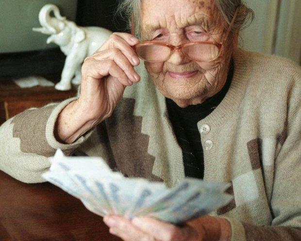Українські пенсії глибоко відстали від міжнародних стандартів: за межею бідності