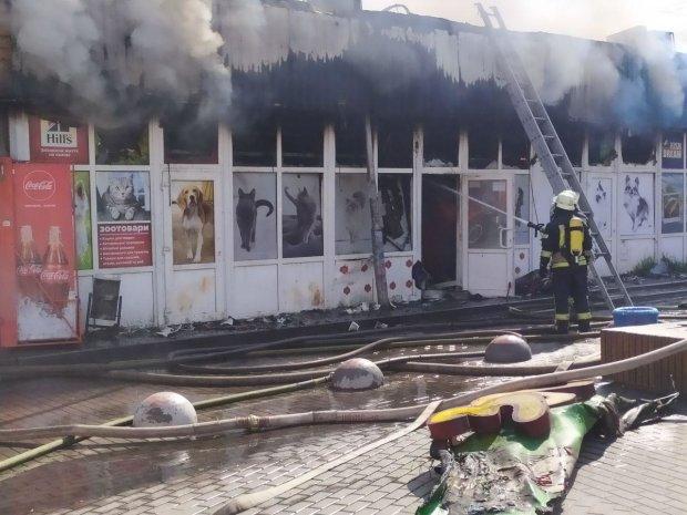 В Киеве возле метро Дарница пылают киоски, несчастные горят заживо: первые кадры кошмара