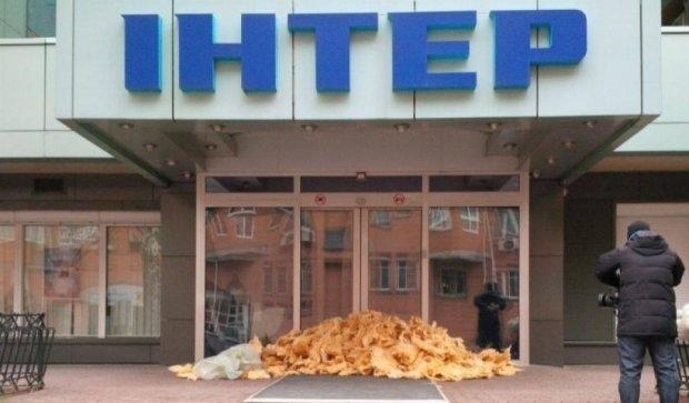 Телеканал Інтер закидали ватою (фото)