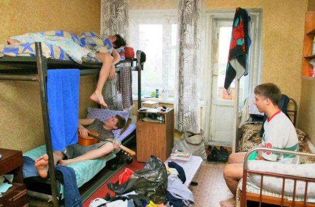 """Лицем в конспект, заліковку на шматки: у Львові студенти влаштували жахливу """"дідівщину"""""""