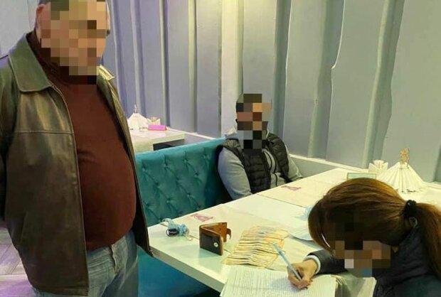 У Закарпатті СБУ затримали громадян на підкупі, фото: СБУ
