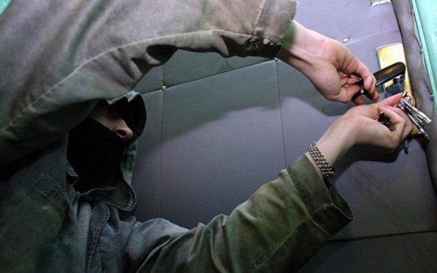 Попався на гарячому: кияни покарали квартирного злодія