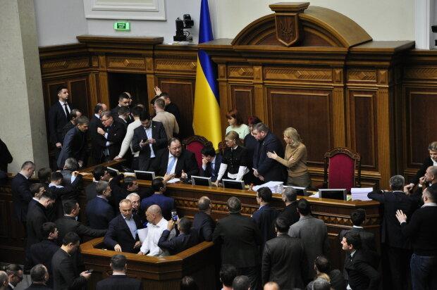 Верховная Рада, нардепы заблокировали трибуну и кресло спикера - Знай.uа