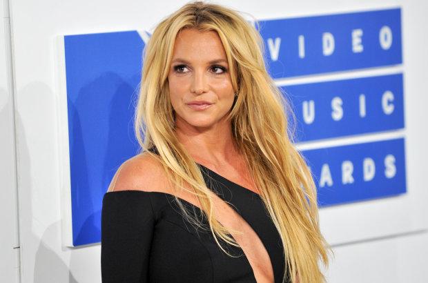 """Бритни Спирс оделась в зебру и возбудила мир пикантной позой: """"Здесь очень влажно"""""""
