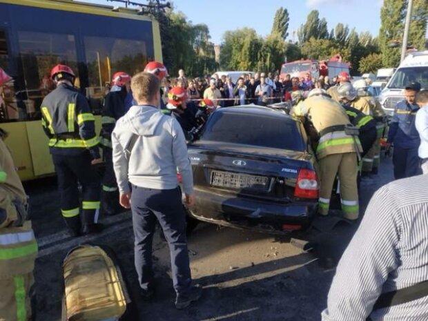 Оказались в ловушке: в Киеве троллейбус протаранил легковушку, - страшные кадры ДТП