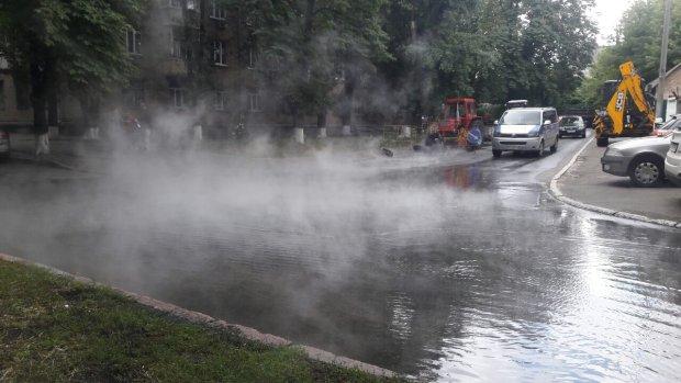 Центр Киева превратился в сауну: клубы пара и потоки кипятка, - эксклюзивные кадры водного Апокалипсиса