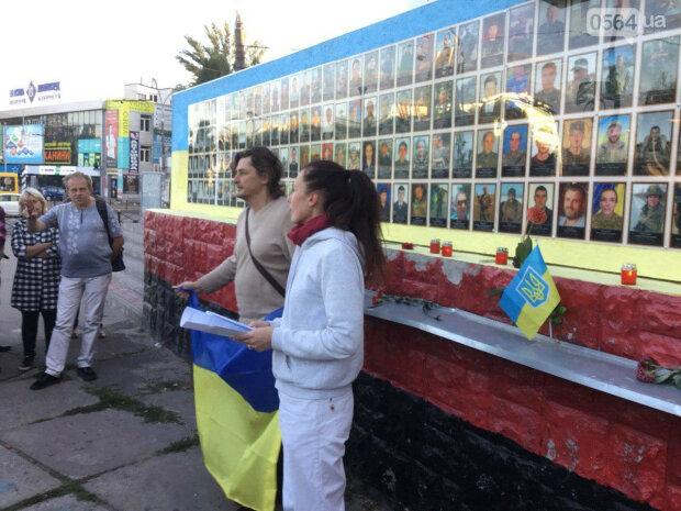 """Криворіжці везуть Зеленському фото загиблих на Донбасі земляків: """"Ви повинні дізнатися правду"""""""