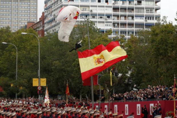 Повис на стовпі: у Мадриді парашутист зірвав військовий парад
