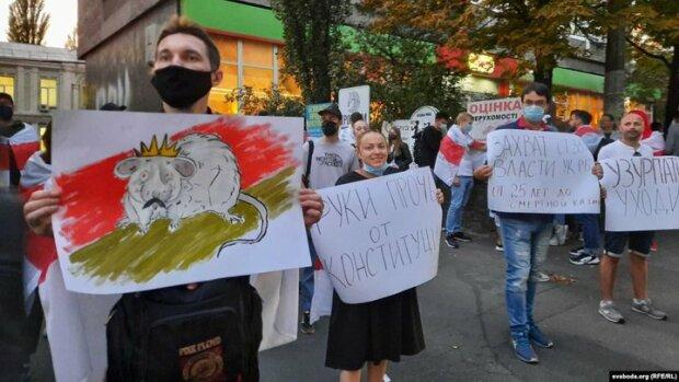 """В Киеве Лукашенко показали крысу с усиками: """"Прочь!"""""""