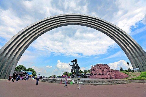 """Активисты """"растрощили"""" главную гордость Киева: фото"""