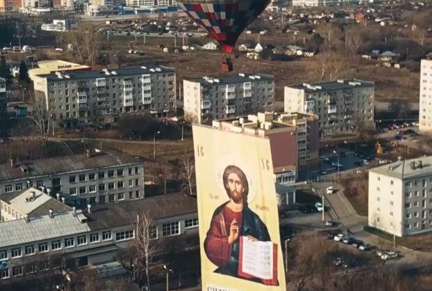 Полет с иконой,фото YouTube