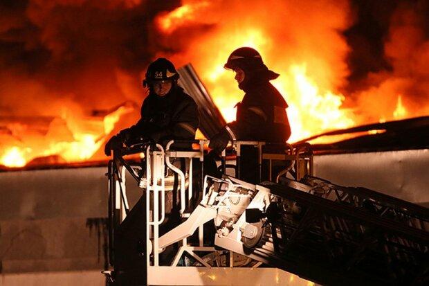 Многоэтажка горит, а спасатели стоят: в Киеве водители перекрыли дорогу, видео
