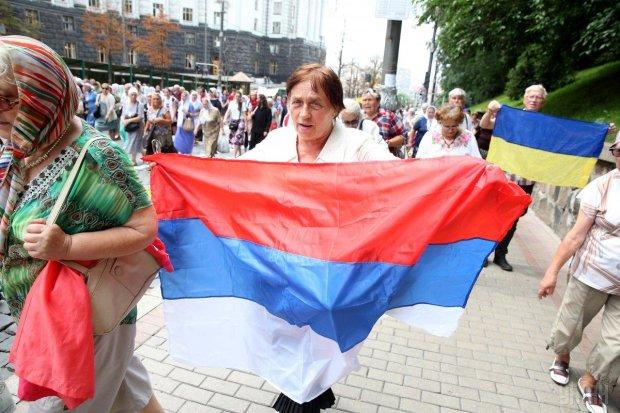 Российские флаги появились на Крещатике, перепуганные киевляне шарахаются, как от чумных: дикое видео