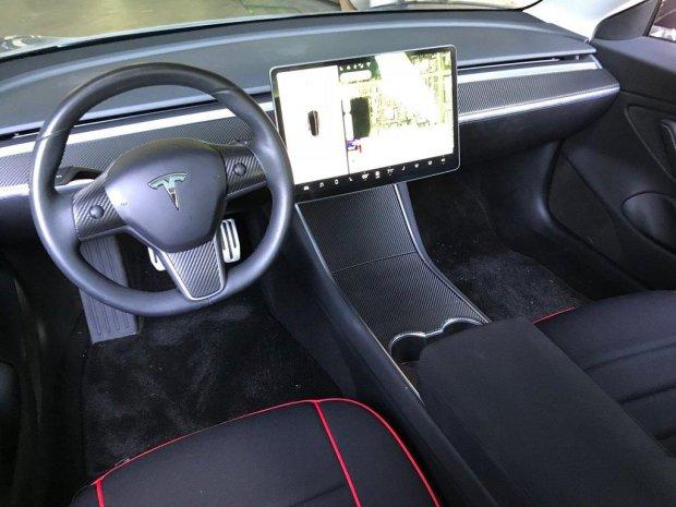 Власник Tesla Model 3 перетворив спорткар на повноцінний комп'ютер