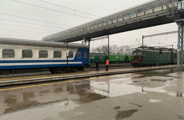 """Укрзализныця """"нафарширует"""" старые поезда новыми удобствами: USB-розетки, полочки и смена цветов"""