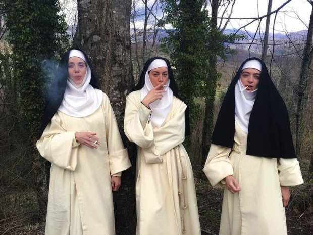 Монашки-разбойницы показали миру как умеют расслабляться: казино, отрыв и... распятие