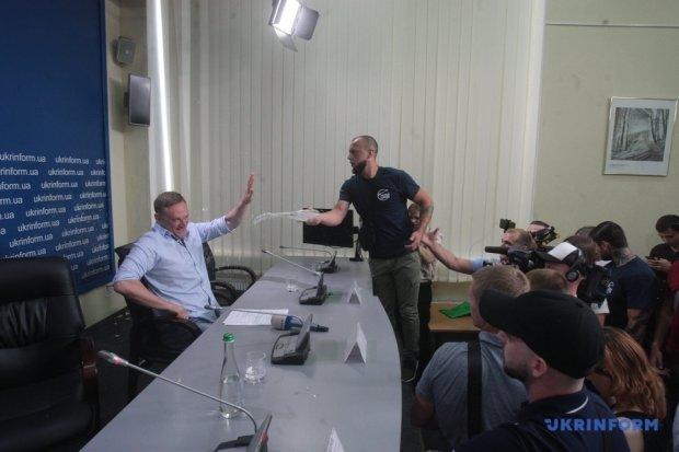 У Києві розлючений натовп закидав мера тухлими яйцями: назвав український паспорт ганчіркою