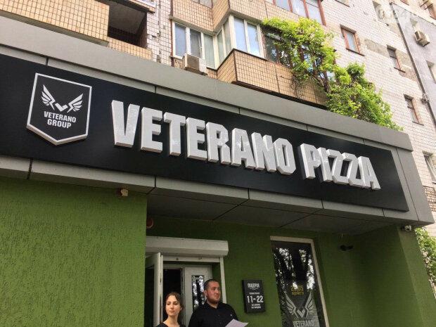 """В Киеве копы перевернули вверх дном основанную атошниками Pizza Veterano: """"Репрессии уже начались"""""""