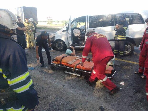 Фатальное ДТП под Одессой: маршрутка и автобус устроили кровавое месиво на дороге, медики не всесильны