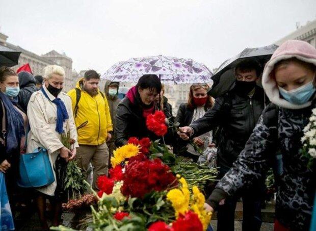 Украинцы отправили в последний путь ветерана АТО, совершившего акт самосожжения: море цветов и реки слез
