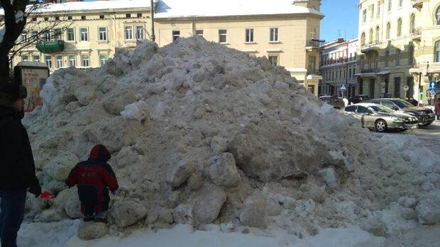 Во Львове коммунальщики в дальнейшем не убирают снег. Фото: Сергей Кантарджян