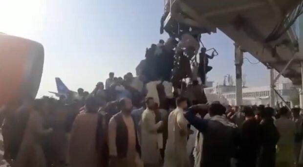 У тисняві біля воріт аеропорту Кабула постраждали 17 осіб - представник НАТО