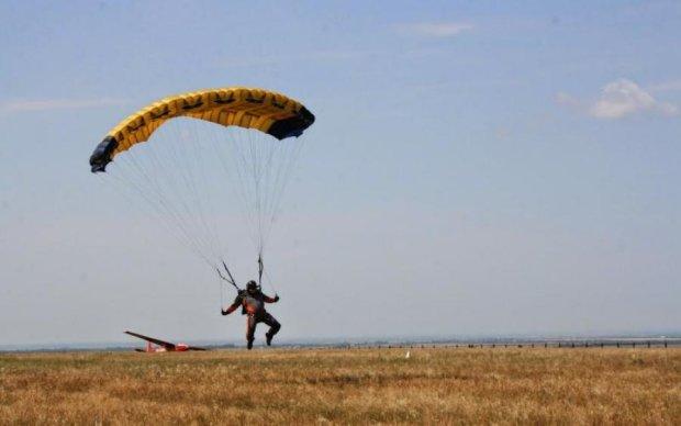 Убивчий екстрим: дівчина стрибнула з парашутом, і от що з нею сталося