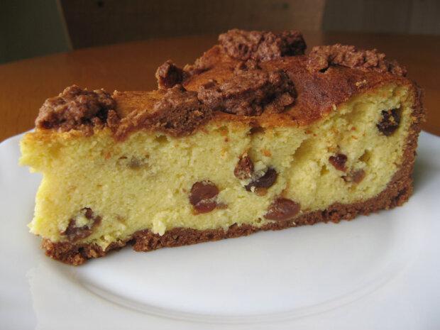 Сирник на шоколадному тісті з родзинками - простий рецепт ароматної випічки