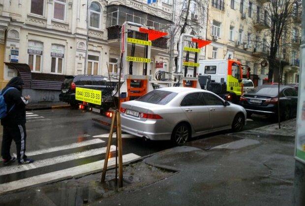 У Києві автівку евакуювали разом з дітьми, фото: Інформатор