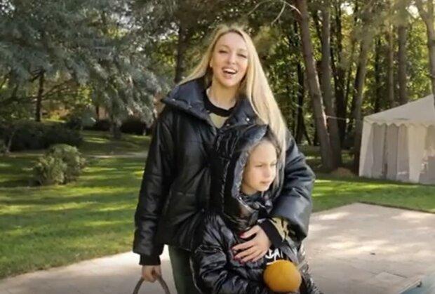 Оля Полякова с дочкой, скриншот с видео
