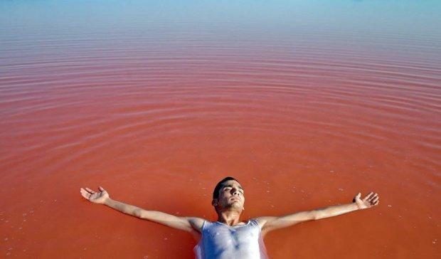 Уникальному розово-голубому озеру грозит исчезновение (фото)