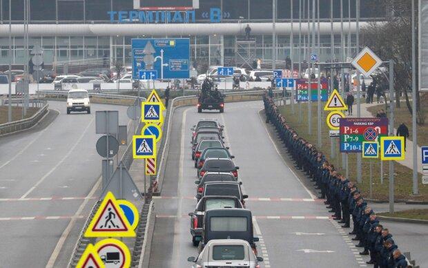 """Українці в """"Борисполі"""" по-особливому зустріли жертв аварії борту МАУ: """"Рівно хвилину"""""""