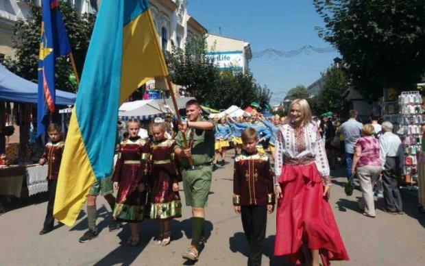 П'яні жлоби побили хлопця і позривали українські прапори зі стін кафе: відео