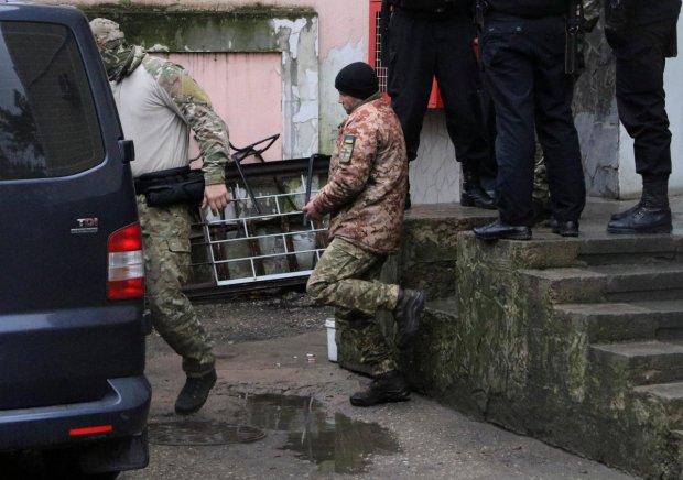 Пленный украинский моряк плюнул в рожи ФСБ-шников: требую переводчика