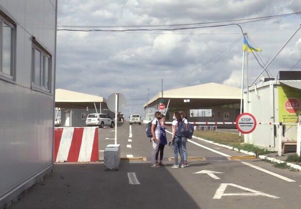 КПП на Донбасі, скріншот: YouTube
