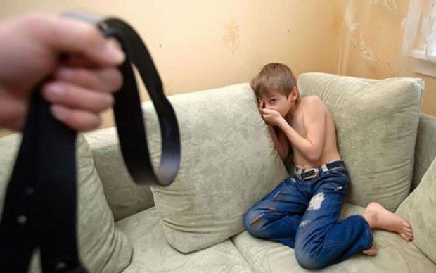Волосы дыбом: озверевшая мать наказала сына за потерю Iphone