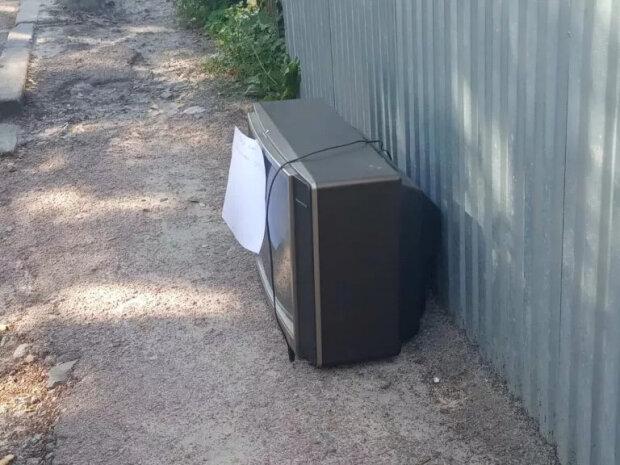 В Тернополе мужчина потерял пульт и выбросил телевизор на свалку - лень переключать каналы