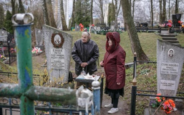 У Гройсмана запропонували закопувати українців у вже існуючі могили