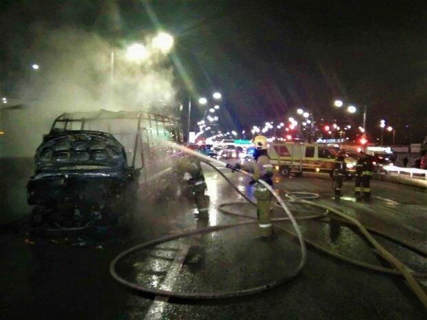 Сгорела маршрутка, фото ГСЧС в Киеве