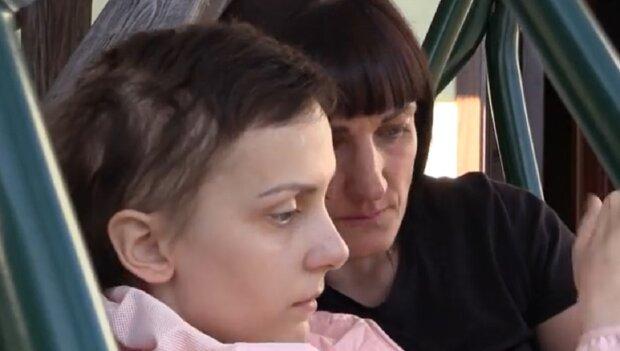 """Агресивний рак з'їдає 19-річну українку, дуже слабка: """"Носимо Юлечку на руках"""""""