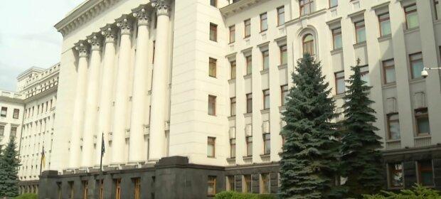 Під офісом Зеленського розгулював неадекват з гранатою, українці заговорили про замах на президента