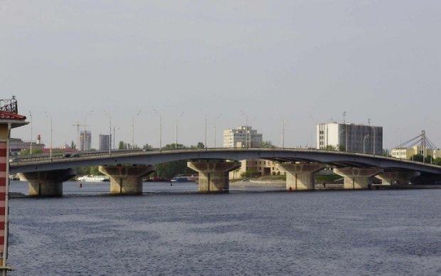 Київських водіїв попередили про обмеження руху на Русанівському мосту