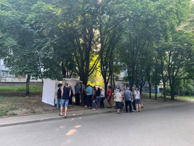 """У Дніпрі виборців купують """"смаколиками"""": печиво з присмаком дружків Януковича, кадри виборчого трешу"""