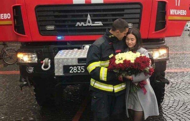 Рятувальник з коханою / фото: ДСНС