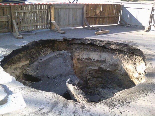В Киеве провалился асфальт на проезжей части (фото)