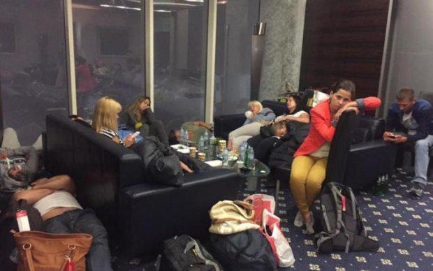 """Пекельний відпочинок: українських туристів """"не пускає"""" додому європейський аеропорт"""