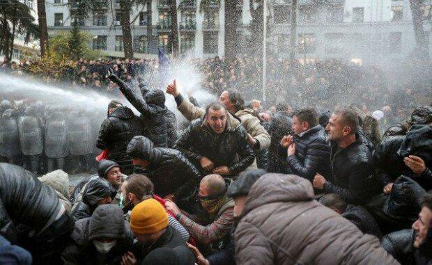 В столице спецназ разгоняет митингующих из водометов: задержано десятки людей, среди которых лидер партии